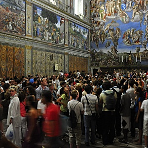 Visitors-in-Sistine-Chapel